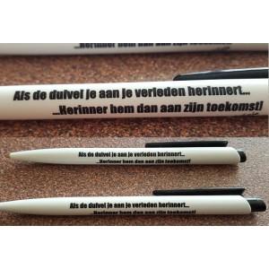 Pen:   'Als de duivel je aan je verleden herinnert… …Herinner hem dan aan zijn toekomst'